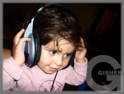 Достаточно одного ребенка, чтобы заполнить весь дом и двор музыкой!